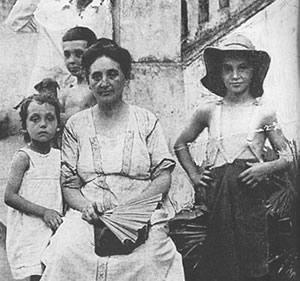 Duras avec sa mère et ses deux frères