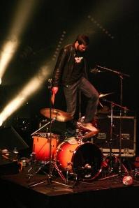 Batteur Midnight Juggernauts marche sur sa batterie fin du Live
